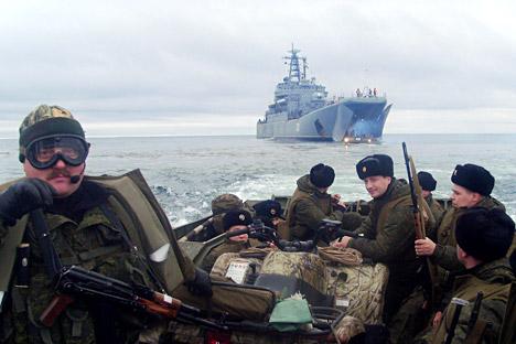Le operazioni di sbarco delle truppe polari russe sulla costa dell'isola di Kotelny (Foto: function.mil.ru)