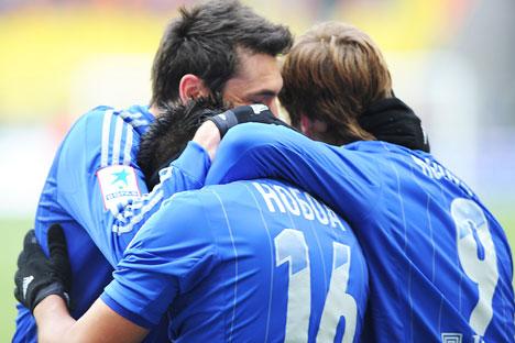 Alcuni giocatori della Dinamo Mosca esultano dopo un goal. Per loro, quello del 2012-2013, è per ora un campionato con poche emozioni (Foto: sito ufficiale fcdynamo.ru)