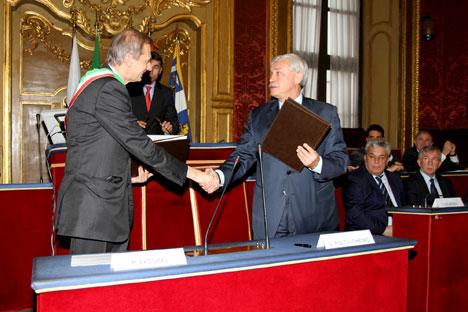 Il sindaco di Torino, Piero Fassino (a sinistra) stringe la mano al governatore di San Pietroburgo, Georgij Poltavchenko (Foto: Ufficio Stampa Città di Torino)