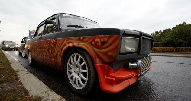 La moda di customizzare vecchie auto sovietiche prende piede tra i giovani russi (Foto: Elena Pochetova)