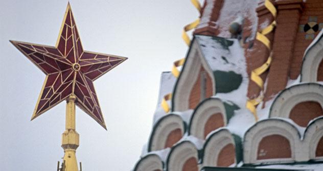 Una delle stelle che svetta sulle torri del Cremlino di Mosca (Foto: Vladimir Viatkin / RIA Novosti)