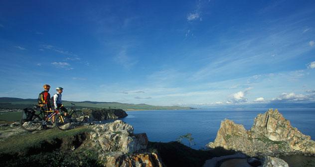 Con le sue duemila specie di piante e animali che hanno eletto ad habitat un bacino che continete un quinto dell'acqua presente sulla Terra, il lago Bajkal è diventato meta per turisti e avventurieri, amanti della natura (Foto: Photoshot / Vostock Ph
