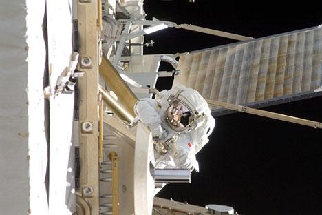 L'astronauta giapponese Aki Hoshide al lavoro sulla Stazione Spaziale Internazionale (Foto: Nasa)