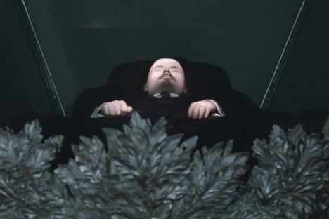 Negli ultimi dieci anni il numero di coloro che appoggia l'idea di sotterrare la salma di Lenin è aumentato del dieci per cento, raggiungendo il 56 per cento (Foto: Ria Novosti)
