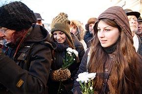 Fiori bianchi nelle mani dei manifestanti moscoviti, in piazza Lubyanka il 15 dicembre 2012 (Foto: Ruslan Sukhushin/Russia Oggi)