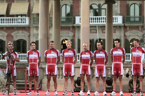 """Il team di """"Katusha"""" durante la presentazione della gara ciclistica """"Vuelta"""", avvenuta in Spagna nel 2012 (Foto: Itar-Tass)"""