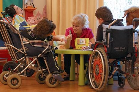 Una volontaria gioca con i bambini in una casa di cura a San Pietroburgo (Foto: Itar-Tass)