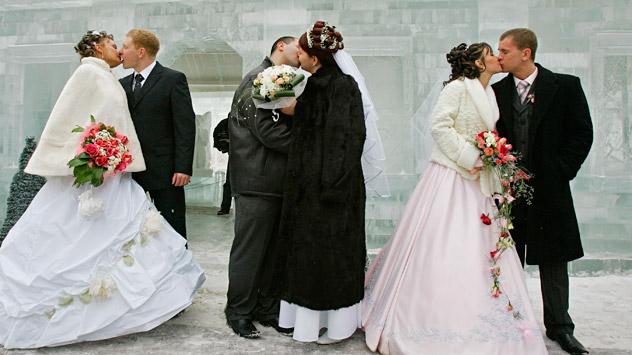 Moltissime coppie russe hanno deciso di sposarsi nel giorno dei tre numeri, il 12 dicembre 2012: una scelta di buon auspicio per un Paese che crede molto nelle superstizioni (Foto: AP)