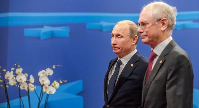 Il Presidente della Federazione Russa Vladimir Putin con il presidente del Consiglio Europeo Herman Van Rompuy al summit Russia-Ue di Bruxelles (Foto: Ap)