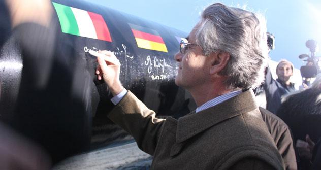L'ambasciatore italiano a Mosca Antonio Zanardi Landi lascia una firma-ricordo sul gasdotto (Foto: Evgeny Utkin)