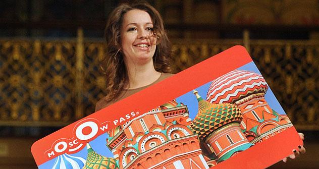Ksenia Zemskova, direttrice del portale d'informazione sulla capitale, Wow Moscow, presenta la carta turistica della città (Foto: Itar-Tass)