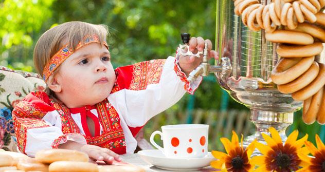 In Russia si sorseggia il tè con spicchi di limone, miele e biscottini (Foto: Lori/Legion Media)