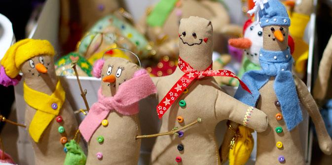 Decorazioni artigianali da appendere all'albero di Natale (Foto: Elena Pochetova)