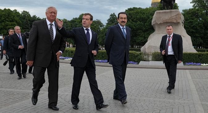 Al centro, il primo ministro Dmitri Medvedev (Foto: Kommersant)