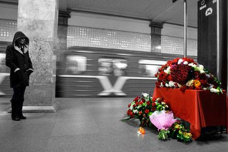 Fiori nella stazione Park Kultury, dove il 29 marzo 2010 è avvenuto l'attentato (Foto: Mikhail Metzel/Ap Photo)
