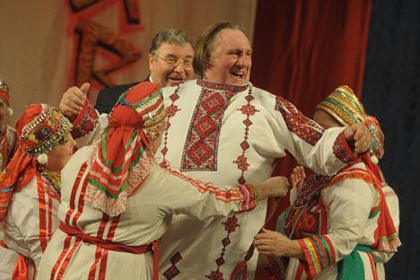 L'attore Gérard Depardieu, divenuto cittadino russo, festeggia indossando abiti tradizionali e ballando (Foto: Itar-Tass)
