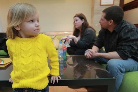 Una famiglia americana riceve i documenti per l'adozione: Whitney Olson e Dack Little con la loro figlia russa adottiva Alena (Foto: RIA Novosti / Vitaly Belousov)