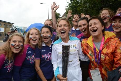 La modella russa Natalya Vodyanova, al centro, con i volontari delle Paraolimpiadi di Londra 2012 (Foto: RIA Novosti / Anton Denisov)