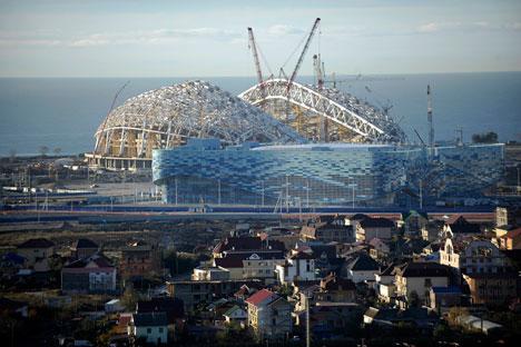 """Le infrastrutture in costruzione a Sochi per i Giochi Olimpici invernali hanno fatto dire al presidente del comitato olimpico """"il più grande cantiere del mondo"""" (Foto: Mikhail Mordasov)"""