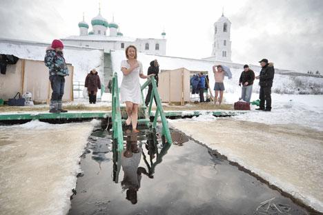 Les habitants creusent un trou en forme de croix sur une étendue d'eau gelée. Crédit photo : ITAR-TASS