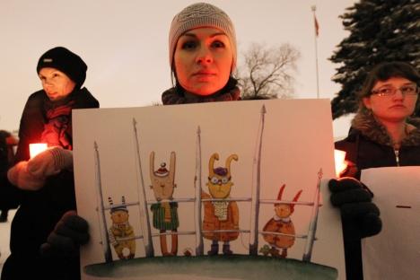 Una manifestante solitaria contro la legge che vieta le adozioni di bambini russi a cittadini americani (Foto: Itar-Tass)