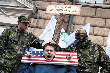 Un picchetto anti-americano a Mosca (Foto: Kommersant)
