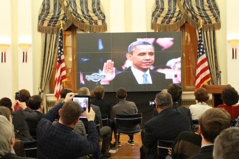 Gli ospiti invitati dall'ambasciata americana a Mosca per seguire il giuramento del presidente Barack Obama in diretta tv (Foto: Russia Oggi)