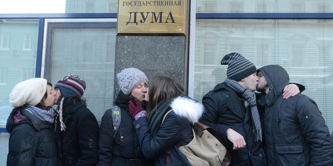 Un momento delle proteste a difesa dei diritti gay, davanti alla Duma di Mosca, il 25 gennaio 2013 (Foto: Ria Novosti)
