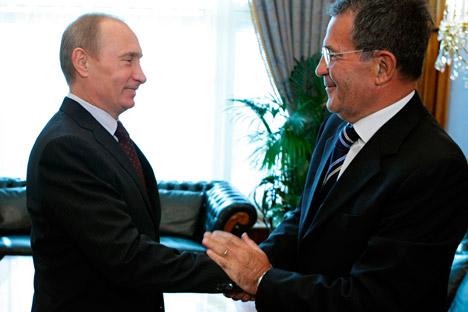 Il Presidente russo Vladimir Putin stringe la mano all'ex premier italiano Romano Prodi in visita a Mosca (Foto: AP)