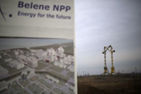 Sullo sfondo, dietro al pannello illustrativo del cantiere, le gru che lavorano alla costruzione della centrale nucleare di Belene, a Nord di Sofia (Foto: Reuters / Stoyan Neno)