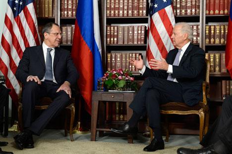 Il ministro degli Esteri russo, Sergei Lavrov, a sinistra, a colloquio con il vice presidente Usa Joe Biden (Foto: AFP/East News)