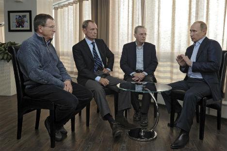 Da destra, il Presidente russo Vladimir Putin insieme a Jacques Rogge, presidente del Comitato Olimpico Internazionale, Jean-Claude Killy, presidente del comitato organizzatore del Cio e Gilbert Felli, direttore esecutivo dei Giochi (Foto: Reuters)