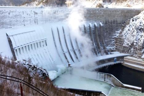 Veduta della centrale idroelettrica russa Sayano-Shushenskaya, sul fiume Enisei (Foto: Reuters / Vostock Foto)