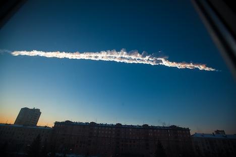 La pioggia di meteoriti immortalata su Chelyabinsk (Foto: AP / Ekaterina Pustynnikova)