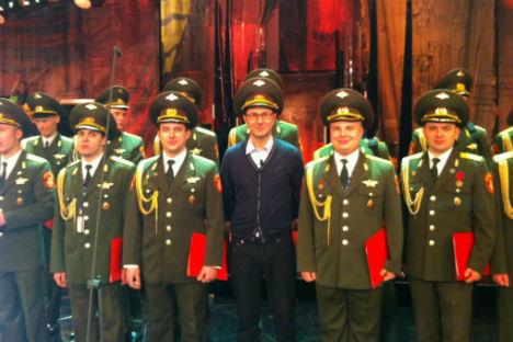 Fabio Fazio, al centro in blu, posa con i membri del Coro dell'Armata Rossa, saliti sul palco dell'Ariston per la prima serata del Festival di Sanremo (Fonte: Fabio Fazio)