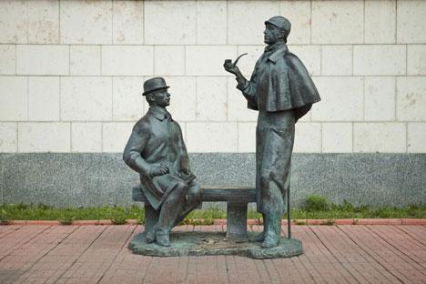 Il monumento dedicato agli eroi della letteratura inglese, Sherlock Homes e il dottor Watson, eretto vicino al nuovo edificio dell'Ambasciata britannica a Mosca (Foto: Kultura.rf)