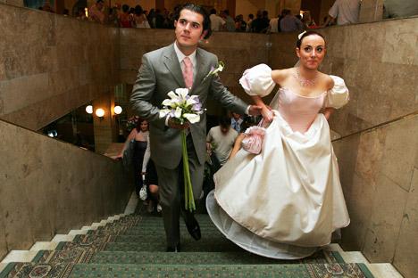 Sempre più spesso gli stranieri decidono di sposarsi in Russia, attratti dal rito del matrimonio in questo Paese (Foto: Itar-Tass)