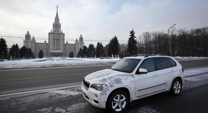 I disegni della tradizione russa non sono affatto fuori moda e si incontrano sempre più spesso a Mosca, dipinti anche sulla carrozzeria delle auto (Foto: Elena Pochetova)