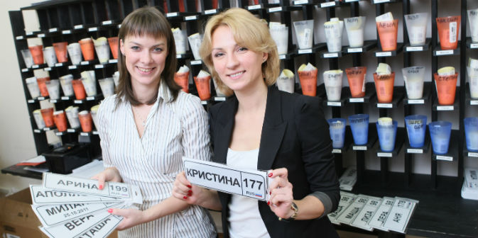 Due donne di San Pietroburgo hanno dato vita nel 2011 alla start up delle targhe per passeggini, che fattura mille euro al mese (Foto: Vedomosti)