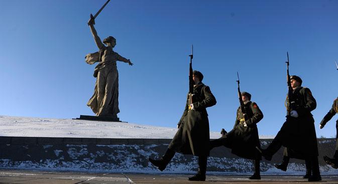 Le celebrazioni ai piedi del monumento simbolo di Volgograd, la Grande Patria Chiama (Foto: Mikhail Mordasov)