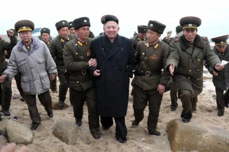 Il leader nordcoreano Kim Jong Un, al centro, cammina con le forze militare nella parte più meridionale del settore sud-occidentale del confine tra Corea del Nord e del Sud (Foto: AP)