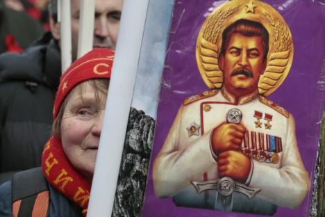 Una donna con un ritratto di Iosif Stalin partecipa al corteo dei comunisti nel Giorno del Difensore della Patria, il 23 dicembre 2013 (Foto: Ap)