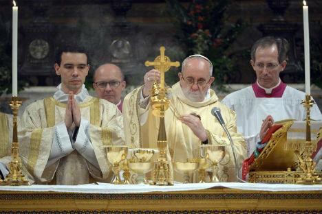 Jorge Mario Bergoglio, eletto Papa dopo le dimissioni di Benedetto XVI, alla sua prima celebrazione (Foto: Reuters/Vostock Photo)