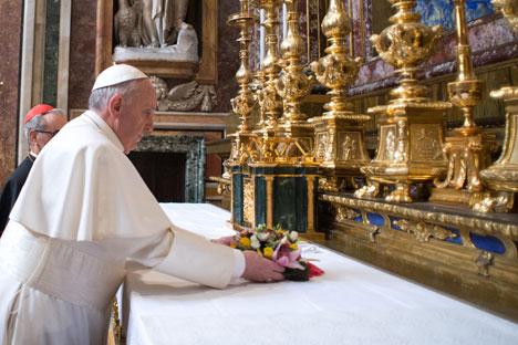 Papa Francesco, all'indomani dell'elezione, in preghiera a Santa Maria Maggiore (Foto: Reuters/Vostock Photo)