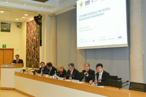 """Il tavolo dei relatori seminario """"L'Unione doganale tra Russia, Kazakhstan e Bielorussia"""", a Milano il 21 marzo 2013 (Foto: Ufficio stampa)"""