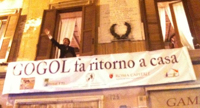 L'attore nei panni di Gogol che si affaccia dalla casa-museo dedicata allo scrittore russo e inaugurata a Roma,  il 20 marzo 2013 (Foto: Elena Zucco)