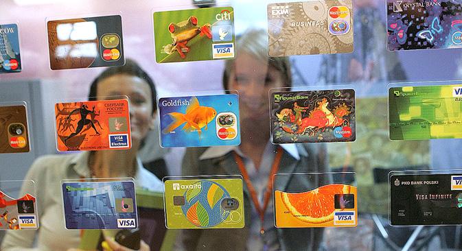 Esposizione di carte di credito. Per fronteggiare l'evasione, il governo russo intende bandire il contante sopra la somma di 300mila rubli, a partire dal 2015 (Foto: PhotoXPress)