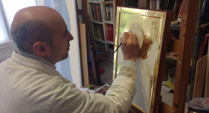 Il maestro Giovanni Raffa mentre dipinge l'Arcangelo Michele (Foto: archivio personale)
