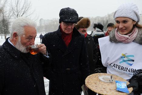 Il segretario generale del Bie, Vicente González Loscertales, a destra, e il capo delegazione Stein Christensen nel loro recente viaggio a Ekaterinburg (Foto: Pavel Lysizin / RIA Novosti)