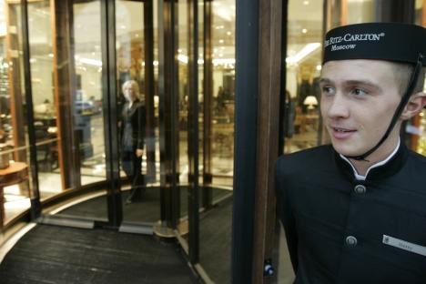All'ingresso dell'Hotel Ritz-Carlton, vicino alla Piazza Rossa, a Mosca (Foto: Reuters)